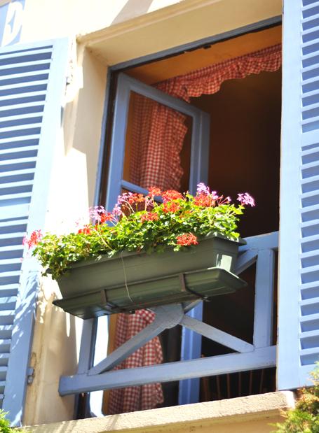 Windowwithgeraniums
